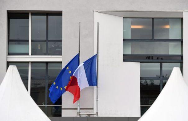Las banderas de Francia y la UE a media asta en la embajada francesa en Berlín.
