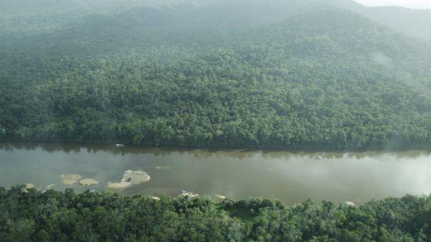 Vista aérea de balsas de garimpo no Rio Uraricoera, Terra Indígena Yanomami.
