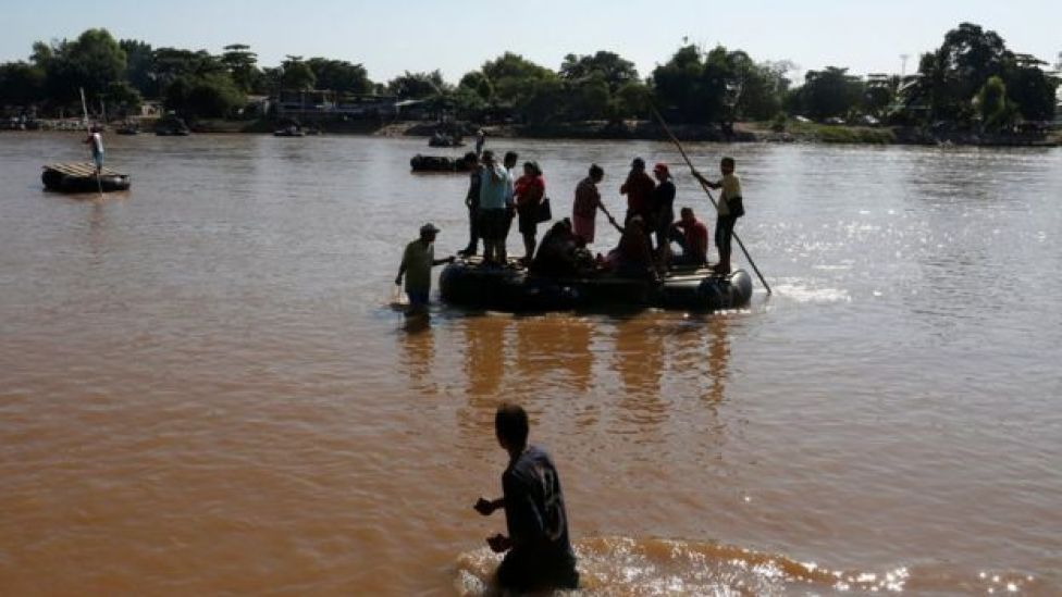 Migrantes atraviesan el río Suchiate que divide a México y Guatemala