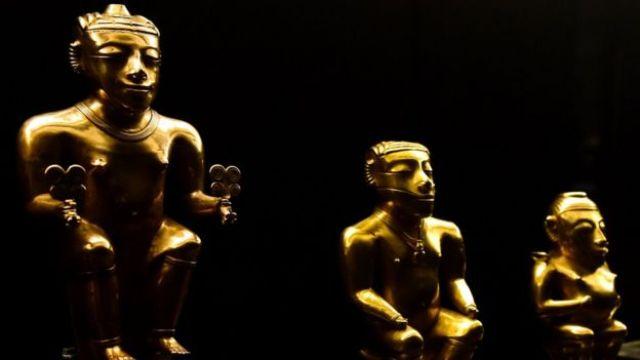Caciquies quimbayas de oro en el Museo América de Madrid, España.