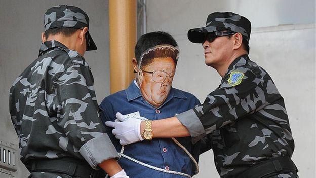 Performance de protesta simula una ejecución en Corea del Norte.