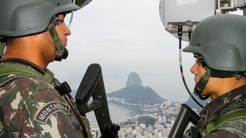 Dois homens do Exército patrulham o Rio