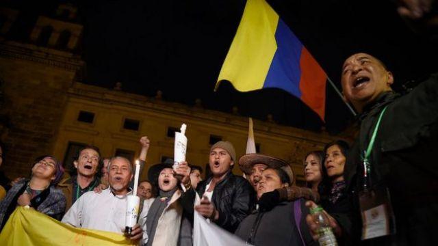 Manifestantes a favor del acuerdo de paz.