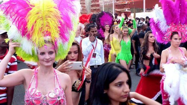 Bailarinas brasileñas de samba en la boda