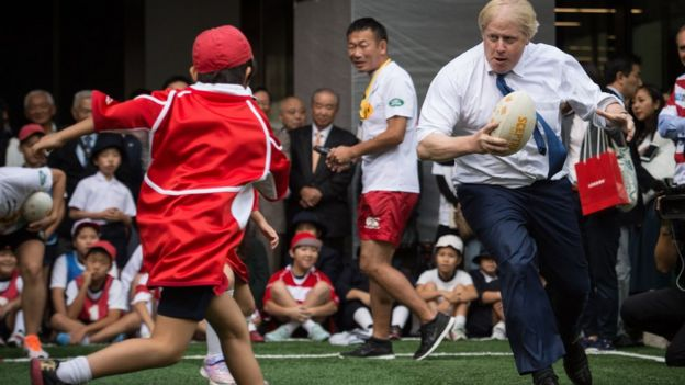 Boris Johnson approaches Toki Sekiguchi