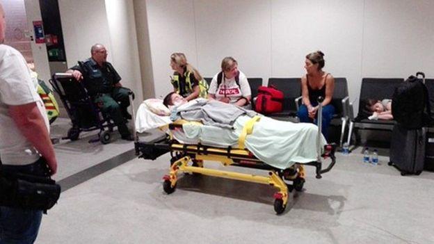Santucho en una camilla de ambulancia