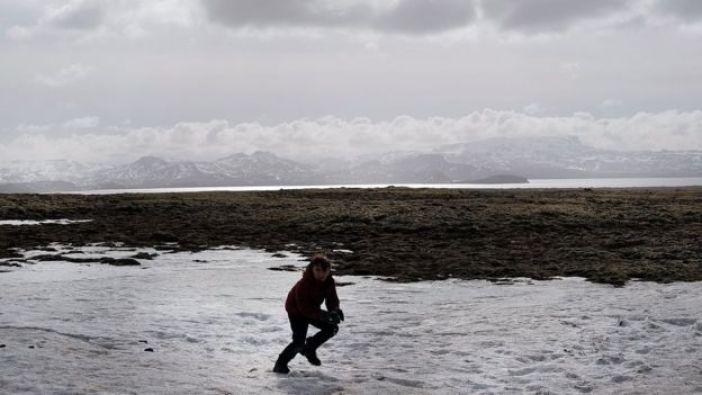 Niño al aire libre en Islandia