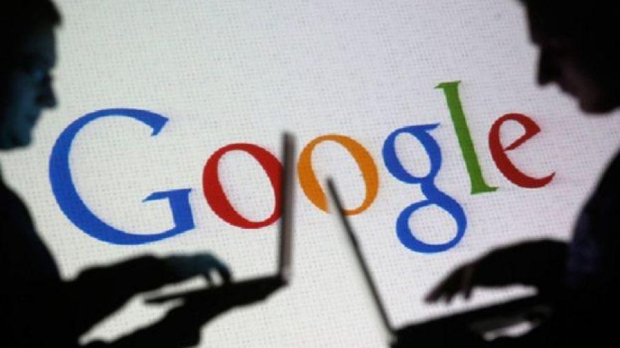 Dos personas a contraluz. Al fondo el logotipo de Google