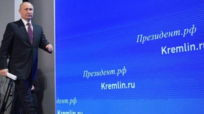 Putin llegando a su conferencia de prensa