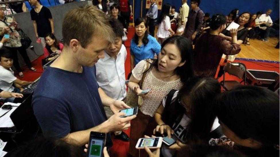 صينيون يستخدمون تطبيقات الإنترنت عبر الهواتف