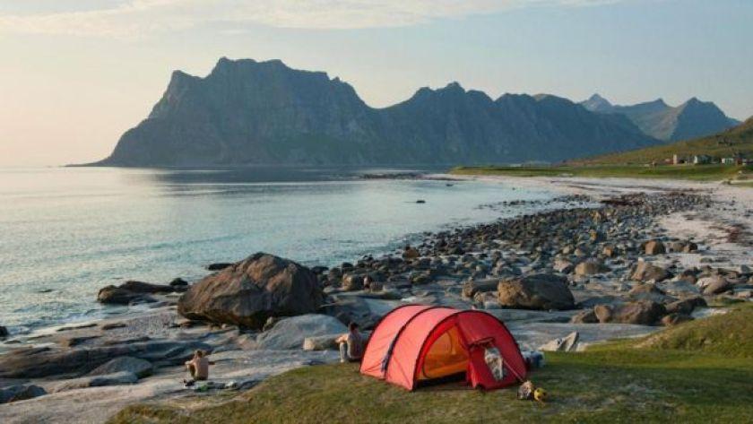 Norveç'te göl kenarında kamp çadırı