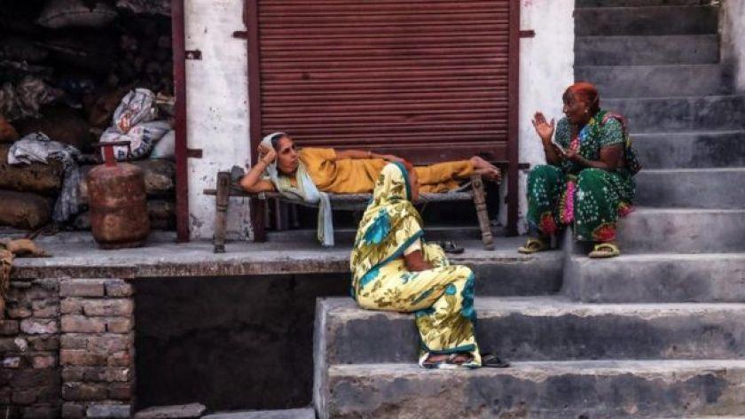 Sohbet eden Hindistanlı kadınlar