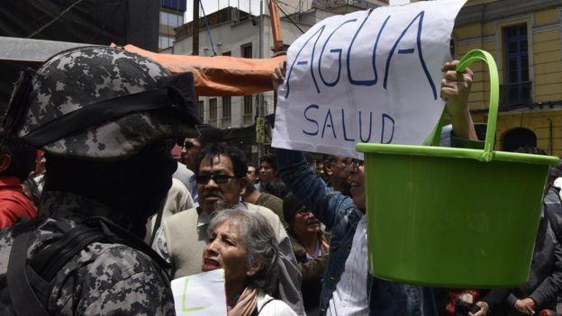 En algunos barrios de La Paz el suministro de agua se abre durante 12 horas cada tres días.