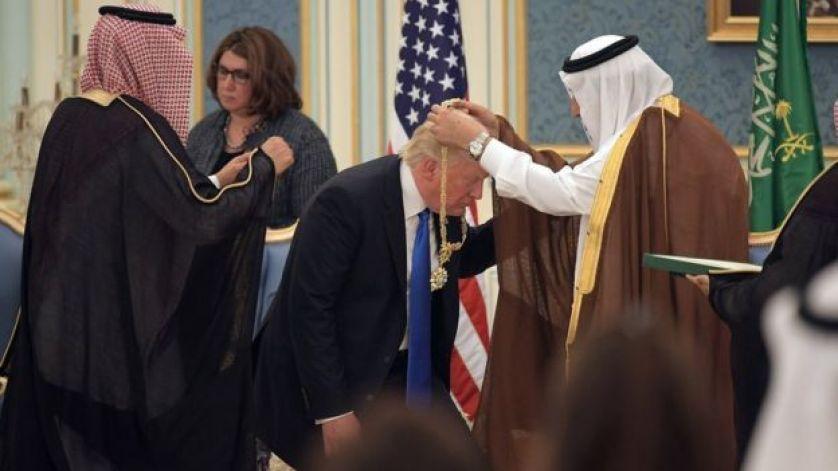 ترامب يتسلم ميدالية شرفية من العاهل السعودية الملك سلمان بن عبد العزيز