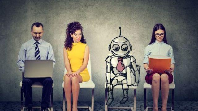 Un robot entre tres personas
