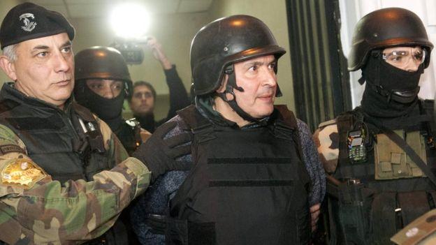 El ex secretario de Obras Públicas, José López (C) es escoltado por miembros del grupo especial de la policía de Buenos Aires, Argentina 14 de junio el año 2016