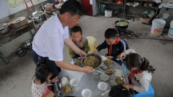 Maestro da de comer a sus cinco alumnos
