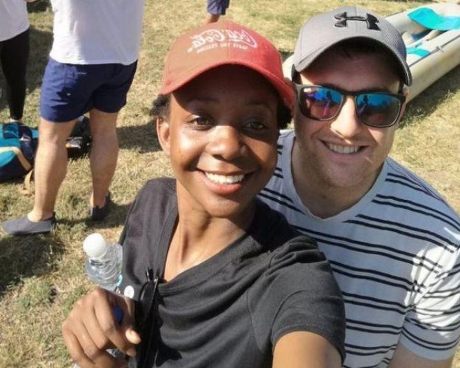 Zanele y Jamie en la autofoto que se tomaron junto a la canoa.