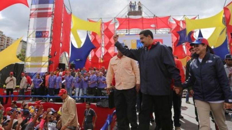 Maduro saluda a sus seguidores.