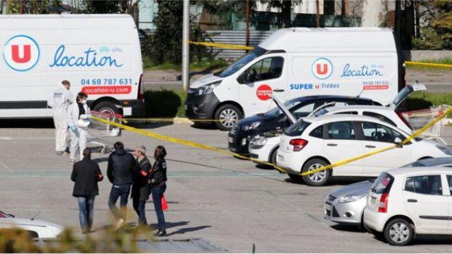 Policía e investigadores en las inmediaciones del supermercado en el sur de Francia donde ocurrió el ataque.