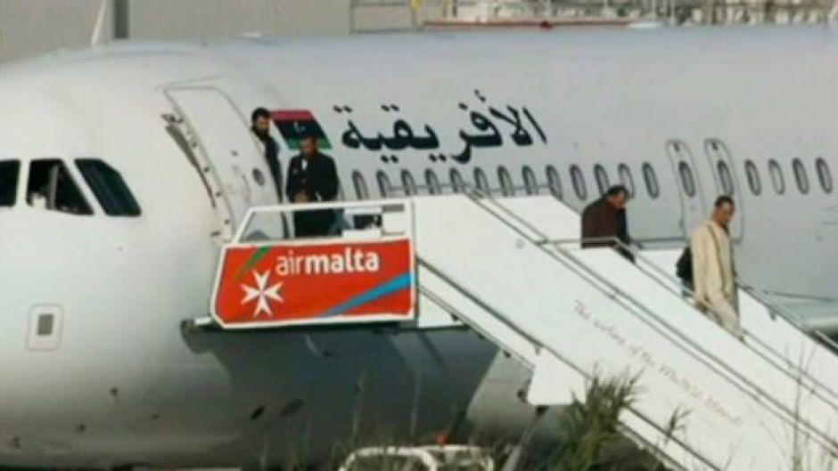 Pasajeros descienden del avión libio secuestrado y desviado a Malta.