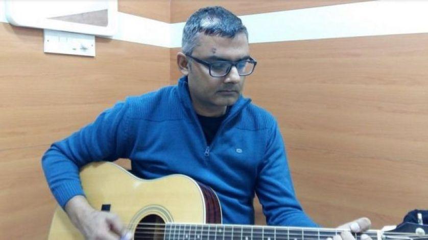 موسيقي هندي يعزف الغيتار بعد خضوعه لجراحة في الدماغ