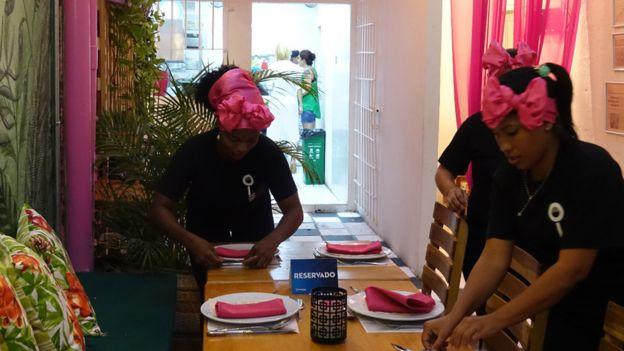 Trabajadoras de Interno poniendo las mesas.