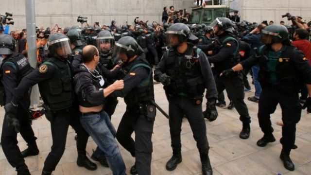 Policiais tentam conter eleitor