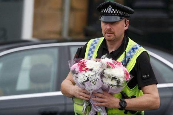 Los uniformados se encargaron de ir llevando los tributos florales dentro del cordón policial.