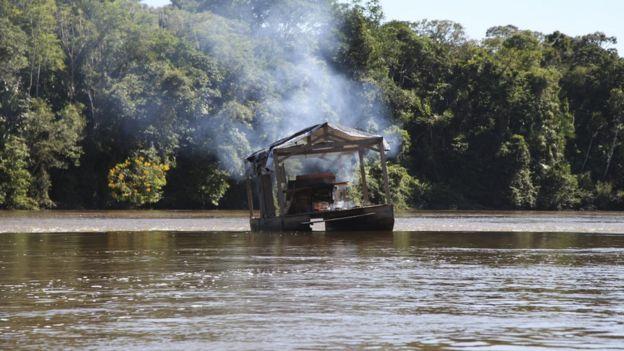 Balsa de garimpo em área indígena em Roraima