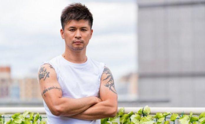Hombre japonés tatuado posa en Osaka.