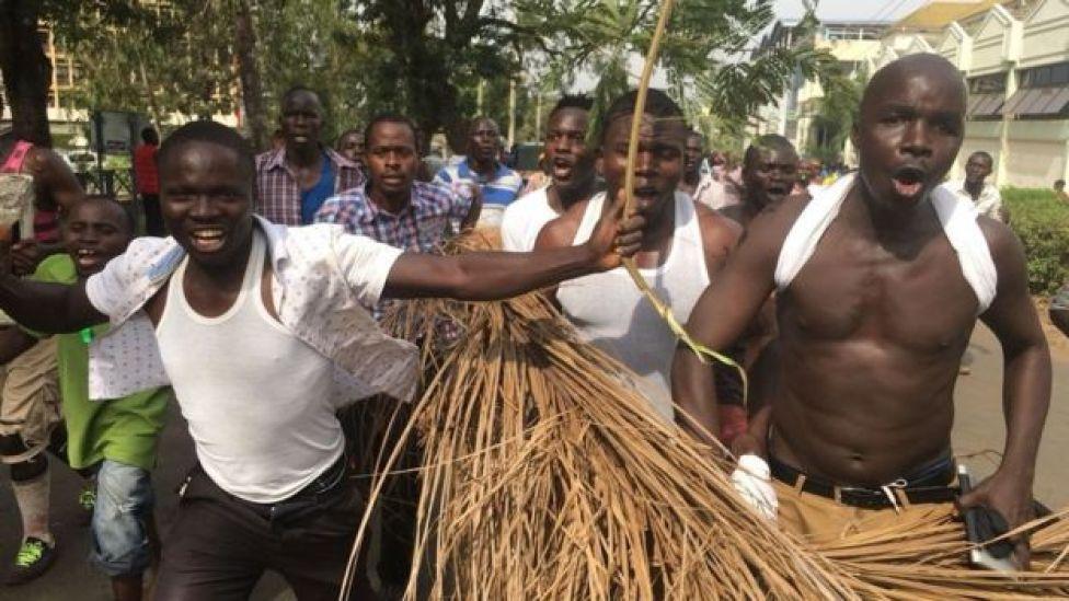 Wafuasi wa Bw Odinga wakisherehekea Kisumu baada yake kula kiapo Uhuru Park, Nairobi
