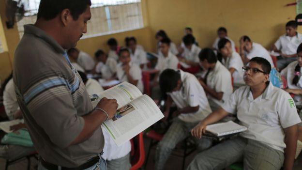 Professor diante de turma no México