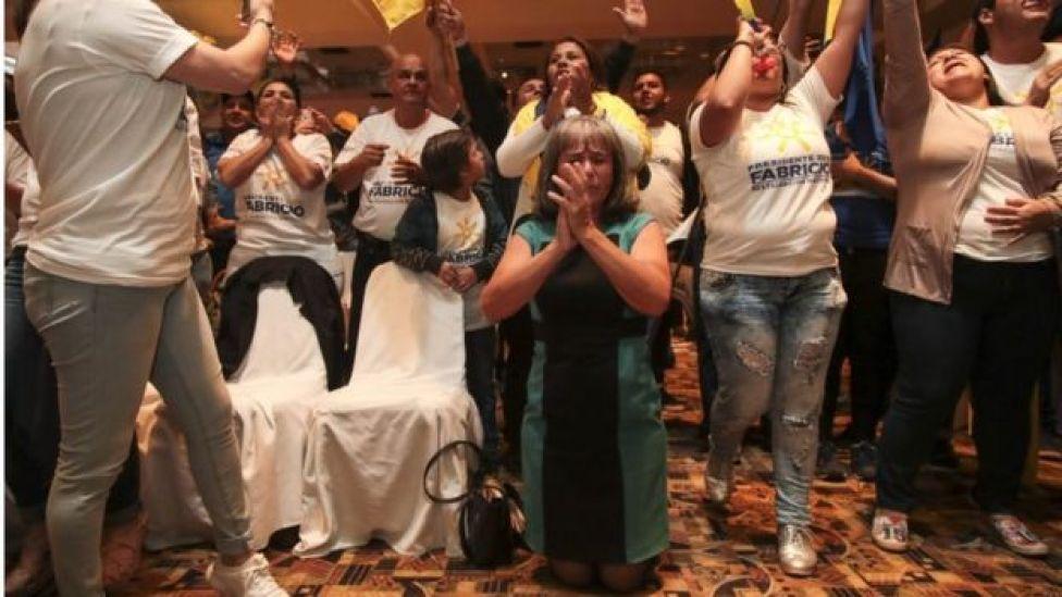 Los seguidores de Alvarado celebran orando en la sede de su campaña.