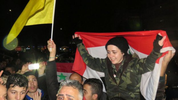Syrer feiern in einem von der Regierung gehalten Teil von Aleppo am 12. Dezember 2016