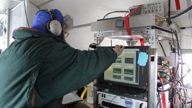Científico frente a un equipo de radar en el interior de un avión.