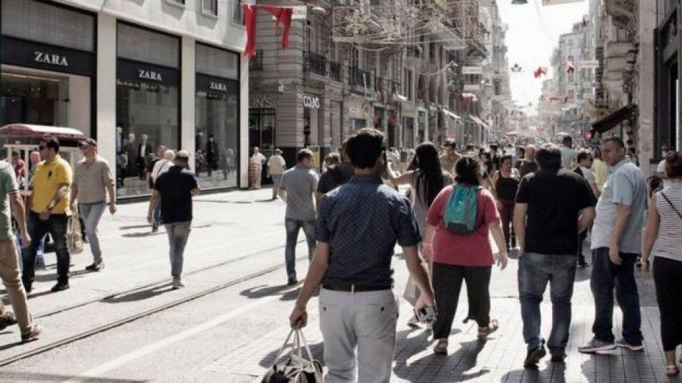 Transeúntes en la Avenida Istiklal en Beyoglu, Estambul