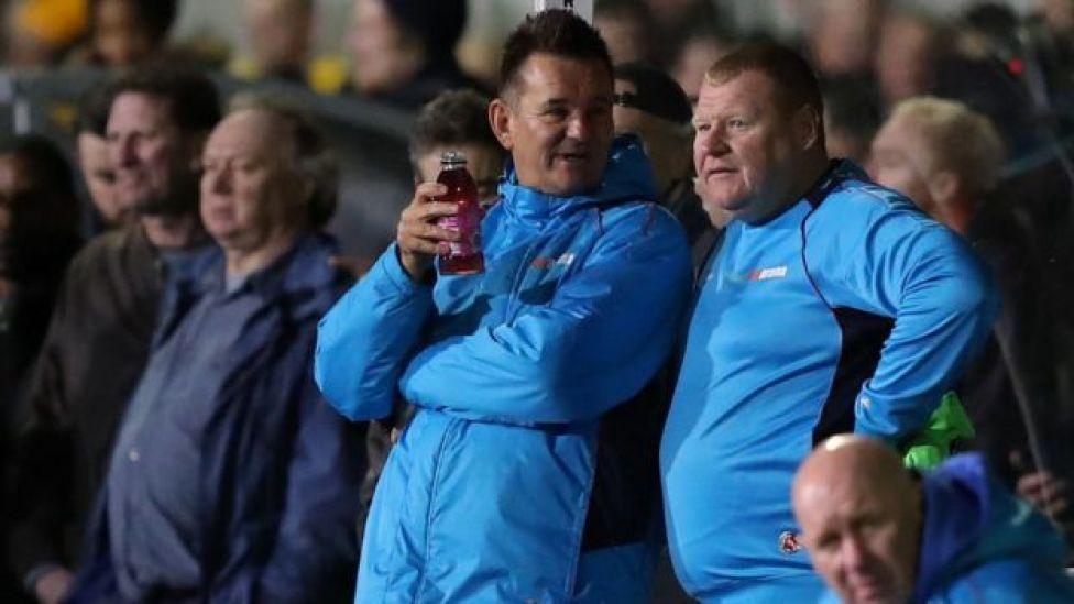 Shaw junto al entrenador Paul Dowsell
