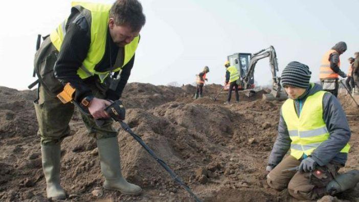 Rene Schoen y su alumno de 13 años Luca Malaschnichenko fueron los primeros en hallar el sitio donde estaba enterrado el tesoro.