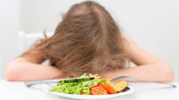 Menina se recusa a comer legumes e verduras