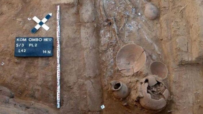 عثر في تل في بلدة كوم أمبو عن جزء من مقبرة ترجع إلى أكثر من 4 آلاف سنة ماضية