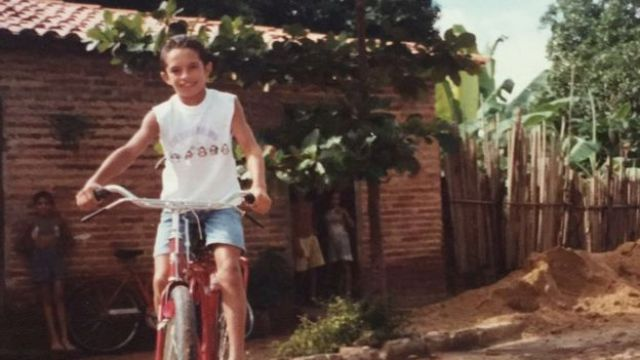 Silvestre criança andando de bicicleta