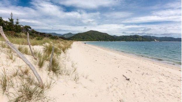 Imagem da areia da praia de Awaroa, feita em fevereiro de 2016