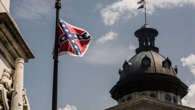 Bandera confederada frente al capitolio estatal en Columbia, Carolina del Sur