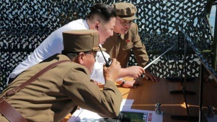 Foto divulgada pela agência governamental coreana na qual o presidente do país participa de teste de lançamento de um novo foguete