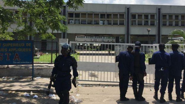 Beaucoup de policiers sont déployés dans les rues.