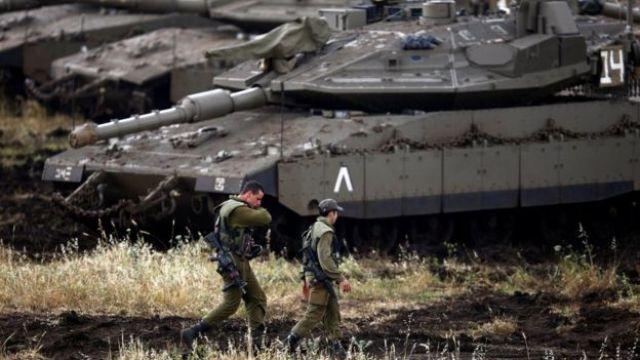 Israelenses na fronteira com a Síria