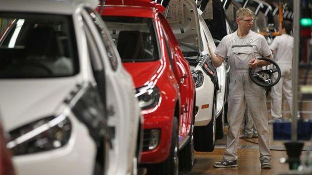 Trabajadores en una fábrica de automóviles en la ciudad alemana de Wolfsburgo.