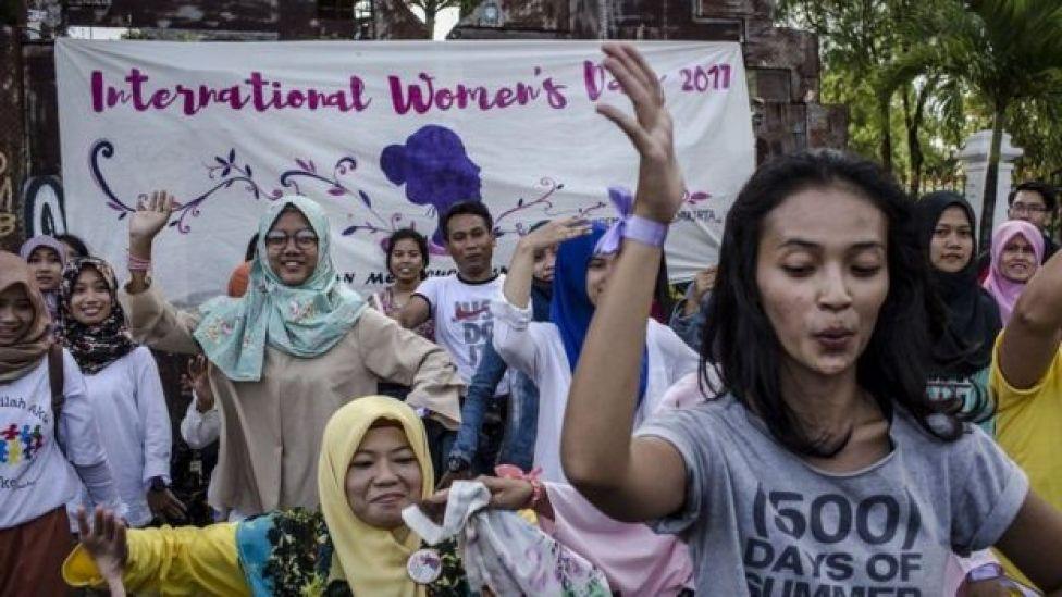 En la ciudad de Yogyakarta, Indonesia, decenas de mujeres (y algunos hombres) danzaron para conmemorar el Día de la Mujer.
