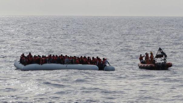 Barco lleno de migrantes